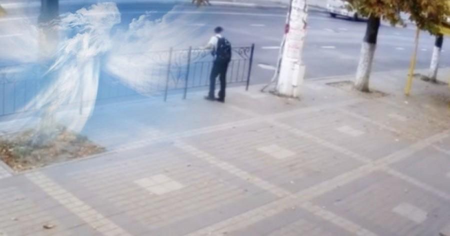 Tényleg vannak őrangyalaink? Egy térfigyelő kamera felvétele megadja erre a választ. (videó)
