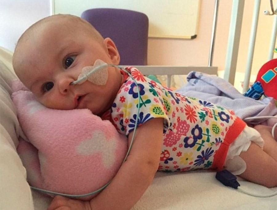 A kislány egy haspuszit adott a haldokló kishúgának a kórházban