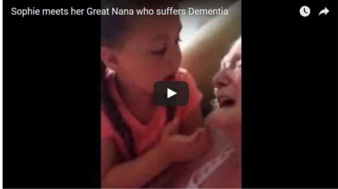 A kislány öntudatlan dédnagymamájának énekel